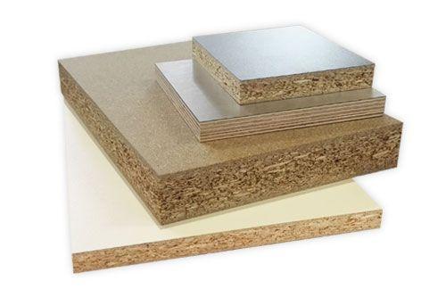 Plattenware wie Montageplatten, Verstärkungsplatten oder individuelle Zuschnitte von Holzplatten oder Kunststoffplatten.